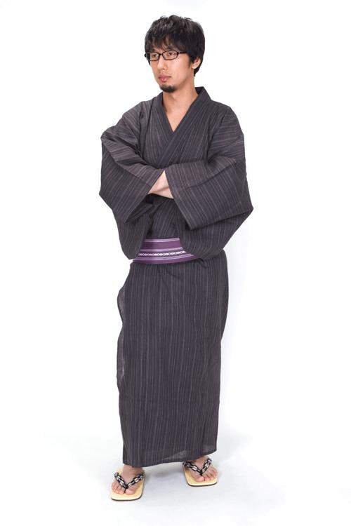 袖に手を入れる浴衣眼鏡男子(全身)